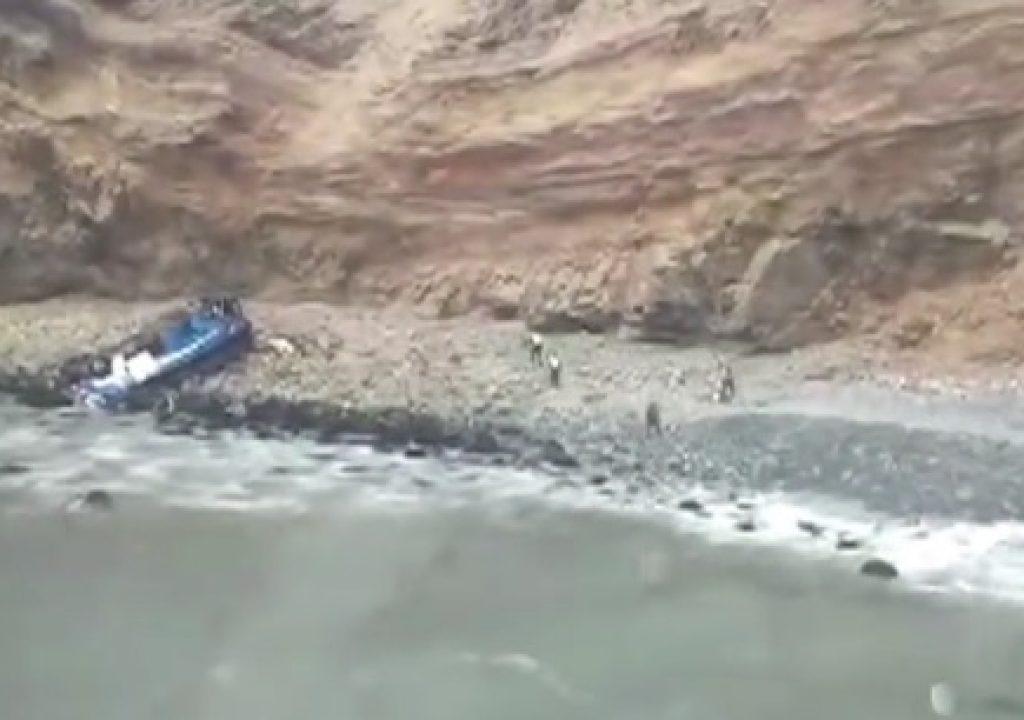 Sobrevivente de queda de ônibus no Peru se jogou pela janela; 48 pessoas morreram