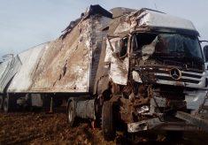 Caminhão carregado com peças para motocicletas tomba na BR-153