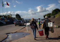 Com medo, venezuelanos encurralados improvisam vida perto da fronteira 34