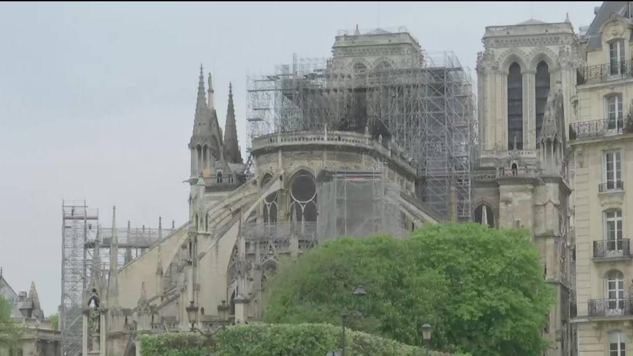 Bombeiros seguem atuando em Notre-Dame, na França, para extinguir incêndio