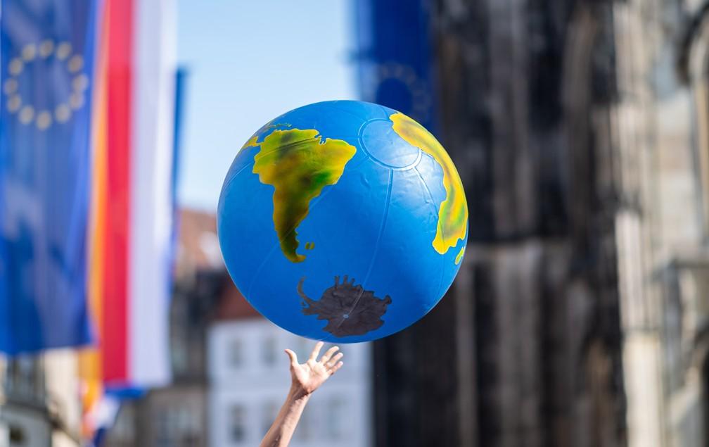 Greve pelo Clima: Em Muenster, na Alemanha, um estudante levanta um globo inflável para protestar contra as mudanças climáticas — Foto: Guido Kirchner / dpa / AFP