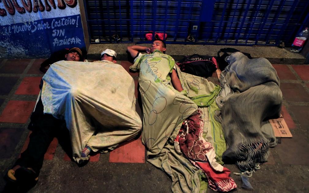 Venezuelanos dormem em rua de Maicao, na Colômbia, em foto de 15 de fevereiro  — Foto: Reuters/Jaime Saldarriaga