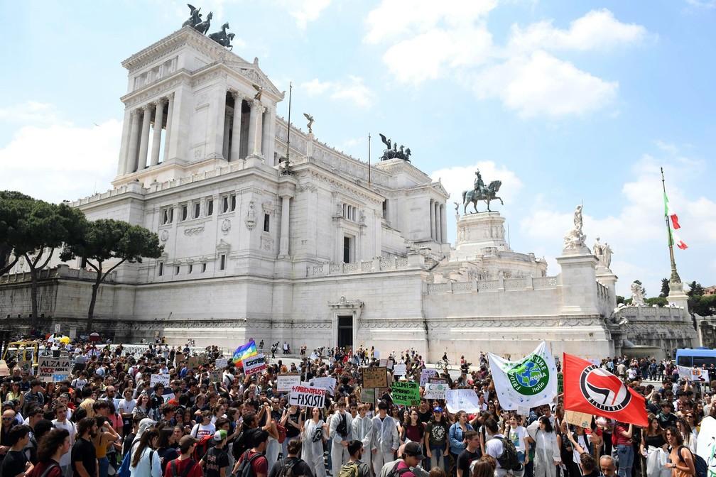 Greve pelo Clima na Itália: manifestantes fazem protesto contra a mudança climática próximos a monumento em Roma nesta sexta (24).  — Foto: Maurizio Brambatti/ANSA via A