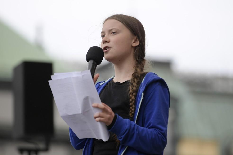 Greve pelo Clima: A ativista Greta Trunberg fala para manifestantes durante protesto em Estocolmo nesta sexta-feira (24). — Foto: Janerik Henriksson/TT News Agency via AP