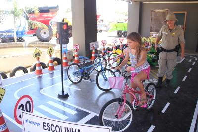 Crianças realizam atividade educativa na via montada